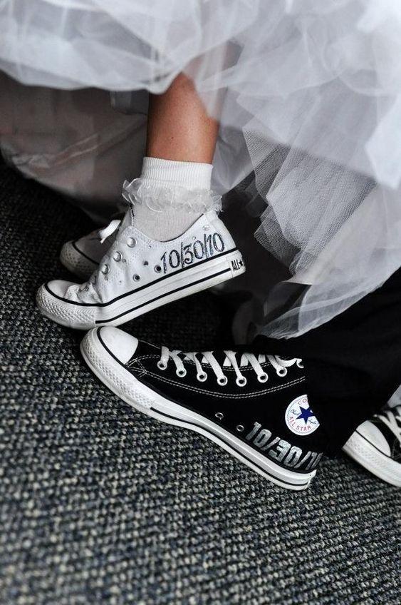 Τα στερεότυπα θέλουν η νύφη να φοράει ψηλοτάκουνες γόβες ή πέδιλα 9d7ea6e9204
